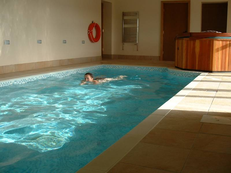 Holiday cottage 2 4 people private swimming pool hot for Private indoor swimming pools